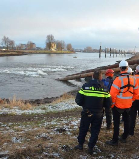 Waterpompen redden woonboten op Paesplas