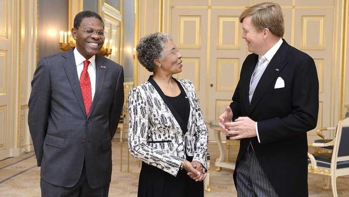 Koning Willem-Alexander ontvangt de nieuwe gouverneur van Curacao, Lucille George-Wout (M) en haar echtgenoot Herman George (L) op paleis Noordeinde