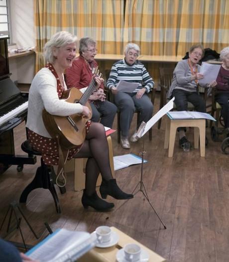 Geheugenkoor speelt liedjes van vroeger bij jubileum Alzheimer Café