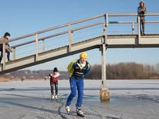 Schaatsers zakken door het ijs in uiterwaarden Wageningen