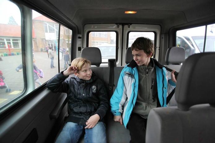 Leerlingen in een busje.