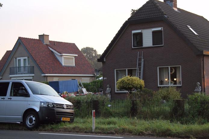 Recherche doet onderzoek in en bij de woning na de overval.