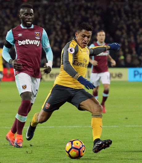 VIDEO: Sanchez blinkt uit voor winnend Arsenal