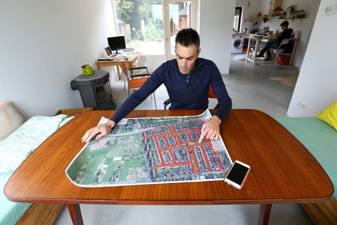 Wanka Lelieveld bestudeert de kaart van de Benedenbuurt.