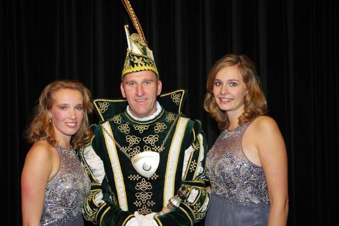 Prins Ola, met hofdame Maluo (links) en Joyce. Foto: MR