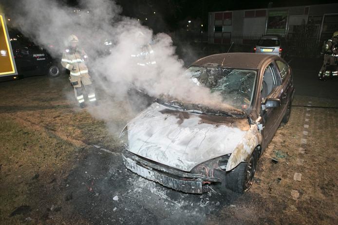 De voorkant van de auto brandde volledig uit.