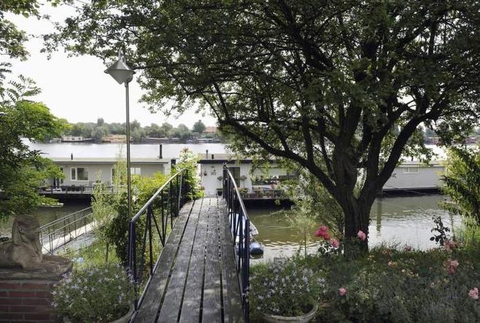 Woonboten in de Rosandepolder op de grens van Arnhem en Oosterbeek.