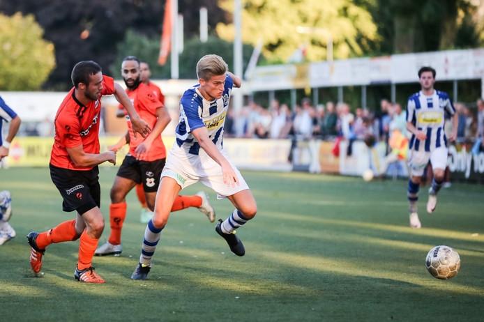 FC Lienden - vv Katwijk, Lienden speler Jordie Van der Laan in duel met Katwijk speler Mike van den Ban