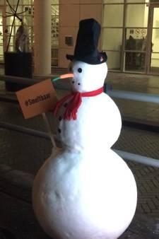 Sneeuwpoppen opgedoken bij Haagse tramhaltes