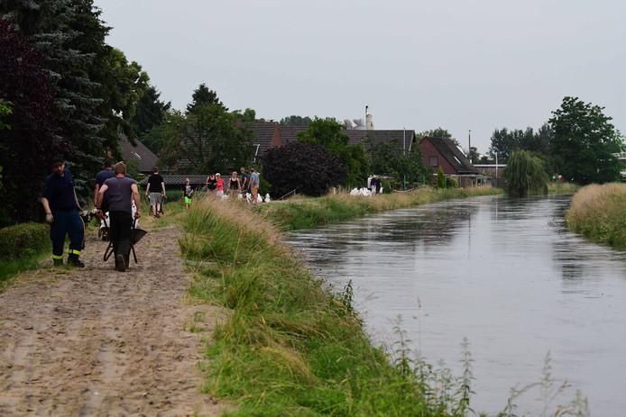 Er wordt met man en macht gewerkt om onder meer overstroming van de Issel te voorkomen.