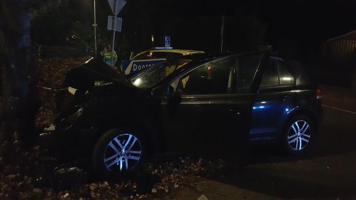 Een auto is total loss geraakt bij een botsing met een boom in Nijmegen.