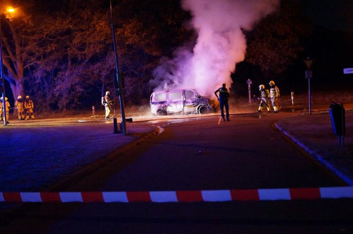 De brandende auto aan de Kerkstraat in Gaanderen.