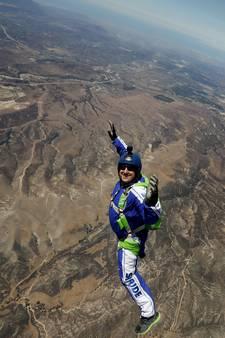 Skydiver Luke klaar voor levensgevaarlijke sprong