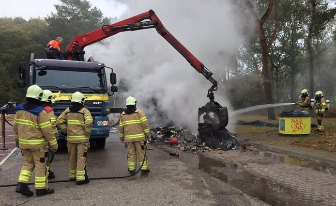 De parkeerplaats Ginkelse Heide langs de A12 bij Ede is vrijdagmorgen afgesloten vanwege brand.