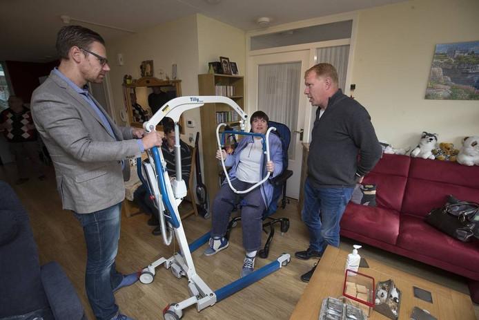 Jolanda heeft de lift gekregen van Johan Mooibroek (links) en René Kooymans van United Care. Vrijdagochtend kreeg ze meteen instructie over het gebruik. Foto Theo Kock