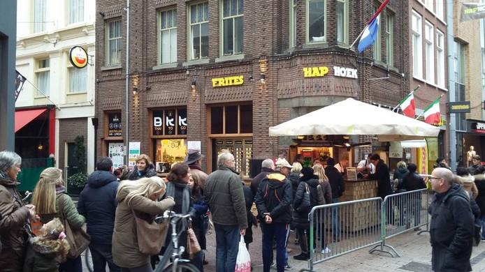 In de rij voor een gratis friet met mayonaise.