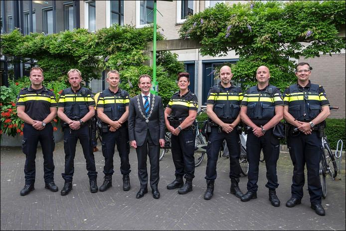 De burgemeester en de agenten.