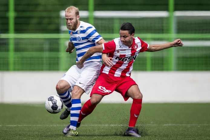 Nathaniel Will (links) in duel met Justin Mathieu van FC Oss.