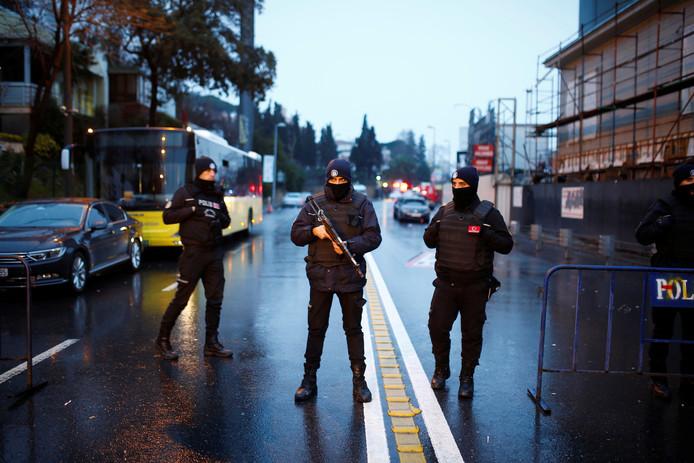 De politie in de Turkse stad Istanbul is op zoek naar de dader van de bloederige aanslag op een nachtclub.