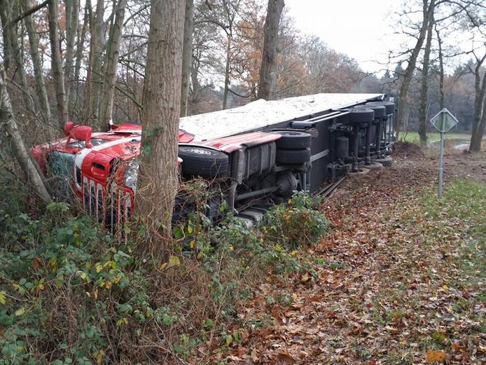 De bestuurder van de vrachtwagen is met lichte verwondingen naar het ziekenhuis gebracht.