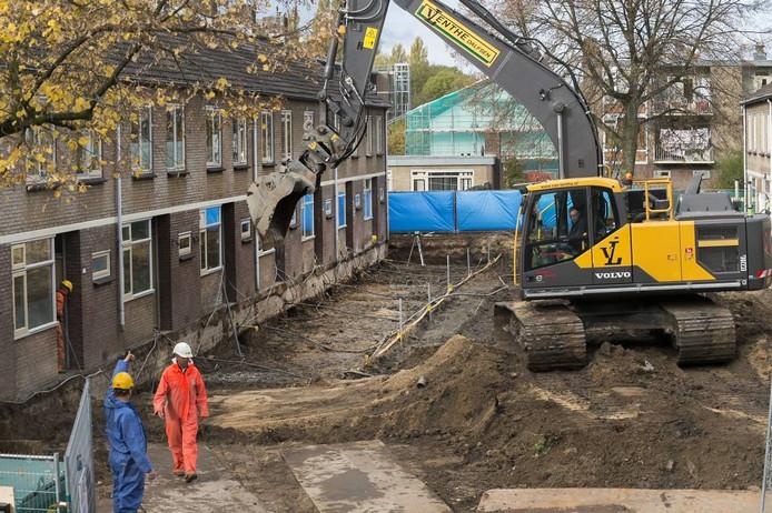 De tuinen in de Dedelstraat worden afgegraven. Foto Marina Popova