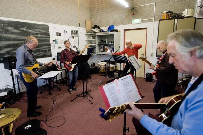 De Rockin' Old School Band III repeteert.Foto Raphaël Drent.