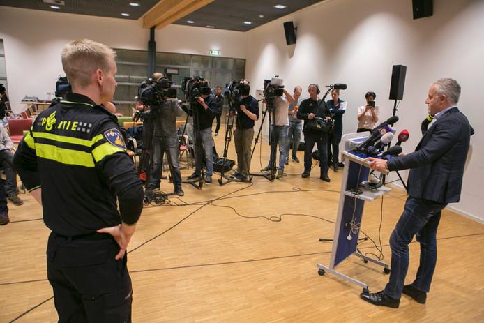 Peter R. de Vries spreekt de toegestroomde pers op het politiebureau in Apeldoorn toe.