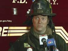 New Yorkse brandweerman Jim bungelt aan touw en redt man