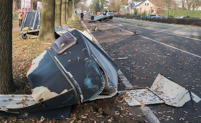 De trailer klapte uit elkaar bij het ongeluk. De tegenligger kwam ondersteboven op de weg te liggen.