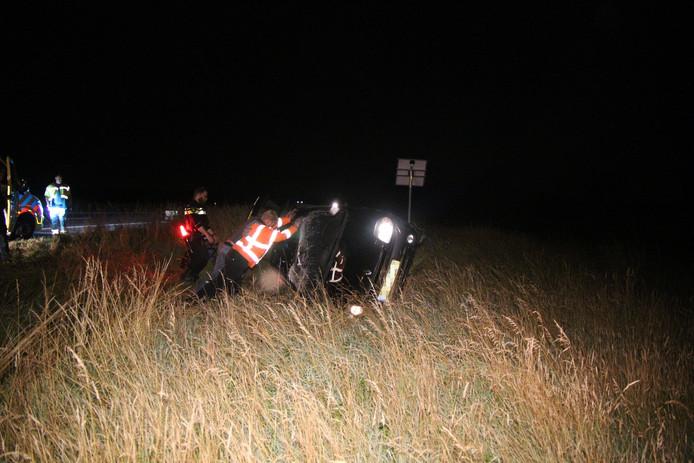 De auto sloeg meerdere keren over de kop en kwam op de zijkant tot stilstand in de berm.
