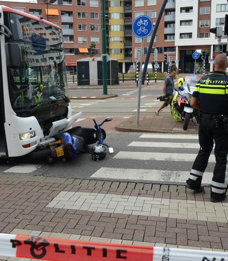Botsing tussen bus en scooter bij station Rijswijk