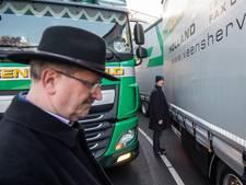 Vrachtwagens kunnen elkaar passeren in slingertunnel Elst