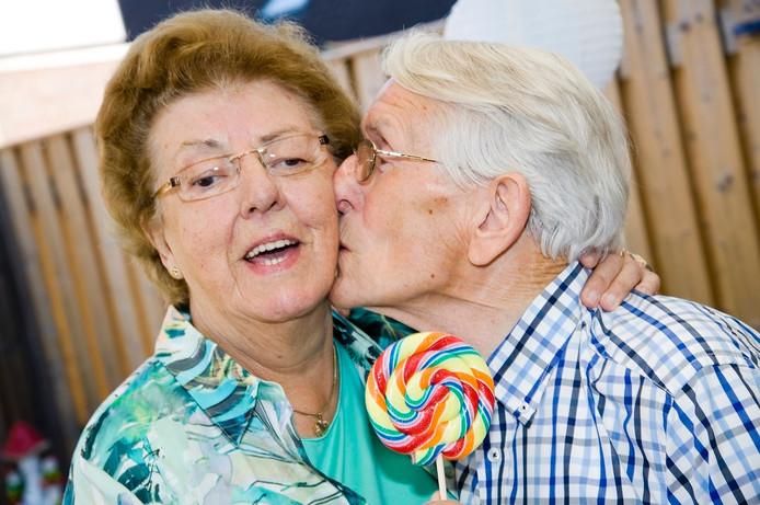 Het echtpaar Derks ontmoette elkaar 64 jaar geleden op de kermis, toen het Nederlandse volksfeest nog geen concurrentie had van festivals.