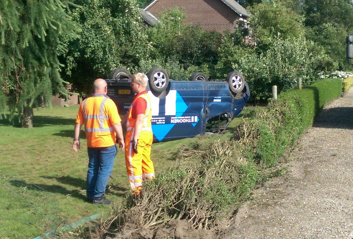 De wagen belandde op de kop in de tuin.