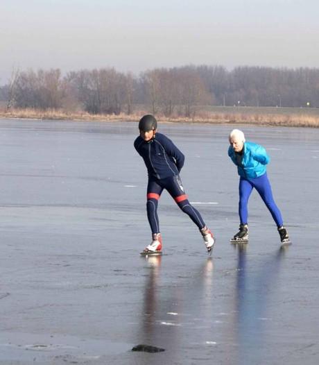 Senioren op de schaatsen op Oude Waal in Ooijpolder