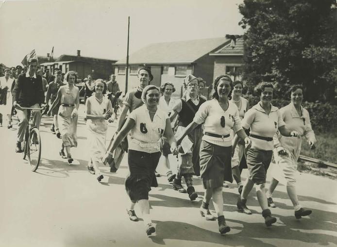 De tweede vrouw van links was de eerste die in totaal vijftig maal meedeed aan de Vierdaagse.