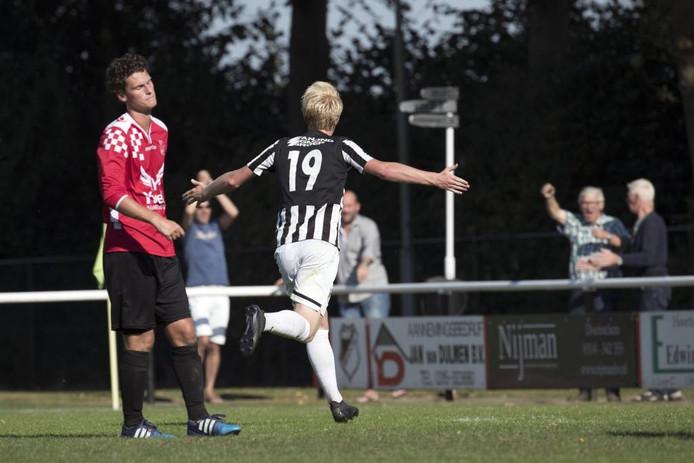 Wout Blasman rent juichend weg nadat hij Silvolde op 1-0 voorsprong heeft gezet.