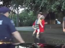 Dashcamvideo toont hoe kalme agent leven peuter redt