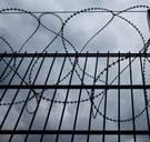 Hoe kan een handvol mensen honderden gevangenen consequent screenen?