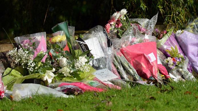 Een zee van bloemen is neergelegd op de plek waar de twee agentes om het leven kwamen.