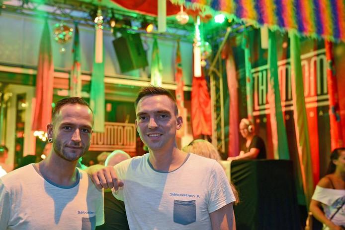 Thom Brouwer en Tom Huntink tijdens de Nijmeegse Vierdaagse voor hun feesttent in de Van Welderenstraat.