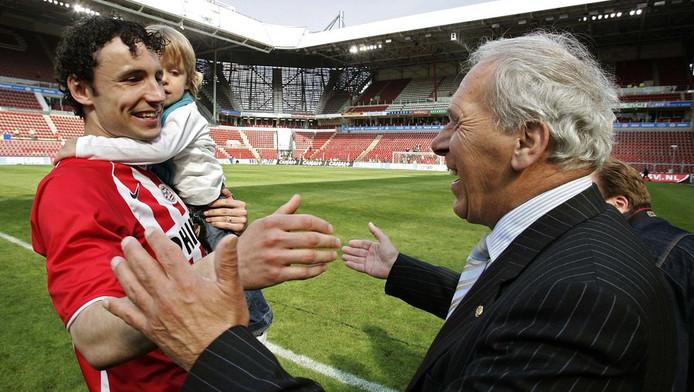 Toen alles koek en ei was. In 2005 is er een hartelijke begroeting tussen oud-PSV-voorzitter Harry van Raaij en Mark van Bommel. © ANP
