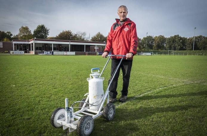 Jan Paters zorgt onder meer voor de lijnen op de voetbalvelden van Estria.