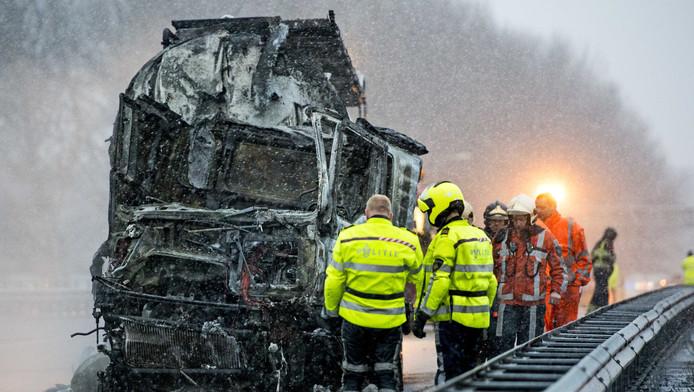De automobilist is door het ongeval om het leven gekomen; de twee vrachtwagenchauffeurs konden zich in veiligheid brengen