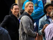 Hemsworth en Hiddleston vermaken zieke kinderen