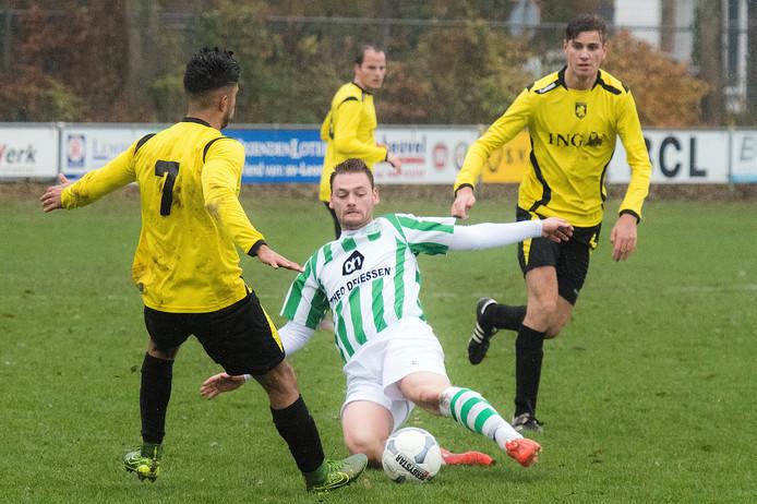 Beeld uit de wedstrijd tussen Leones (geel) en Spero (groenwit).