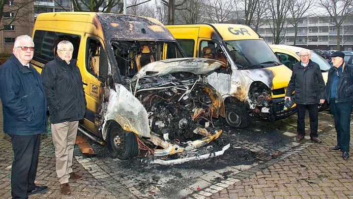 Vlnr: vrijwilligers Nico Lockhorst, Frans Witjens, Rob de Bruijn en Cor Kerkhof bij wat rest van hun twee busjes.