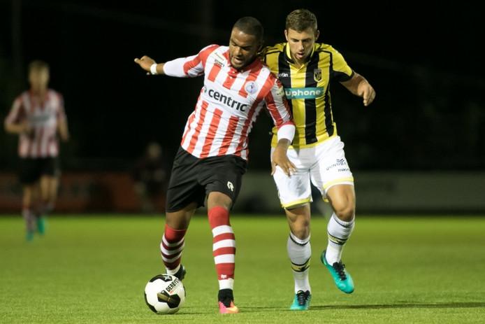 Thomas Oude Kotte (rechts) in duel met Jong Sparta-speler Cyril Cheveruil.