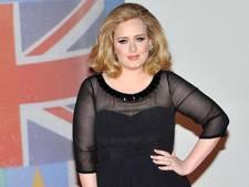 Voetballende Adele sluit tour af met rake kopbal