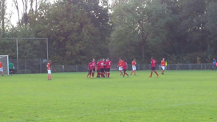 AZ 2000 viert feest. Rick van Vliet heeft de ploeg op voorsprong gebracht tegen DVV.